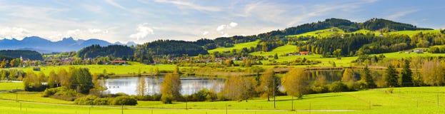 Paesaggio di panorama con le montagne delle alpi e lago in Baviera Fotografia Stock