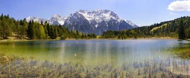 Paesaggio di panorama con le montagne delle alpi e lago in Baviera Immagine Stock Libera da Diritti