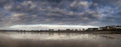 Paesaggio di panorama del cielo tempestoso drammatico sopra la città della spiaggia Immagine Stock