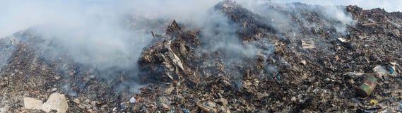 Paesaggio di panorama dell'iarda di ciarpame in pieno della lettiera, delle bottiglie di plastica e di altri rifiuti all'isola di Immagine Stock