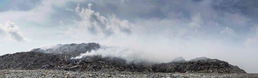 Paesaggio di panorama della discarica in pieno della lettiera, delle bottiglie di plastica e di altri rifiuti all'isola di Thilaf Immagini Stock