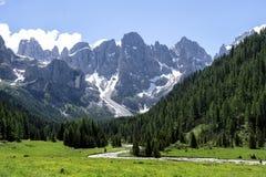 Paesaggio di panorama della gamma di Pale di San Martino durante la stagione estiva Paesaggio di estate di Passo Rolle - gamma di immagini stock libere da diritti