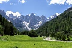 Paesaggio di panorama della gamma di Pale di San Martino durante la stagione estiva Paesaggio di estate di Passo Rolle - gamma di fotografia stock