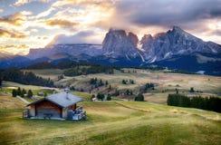 Paesaggio di panorama della montagna di verde di alba delle alpi, Alpe di Siusi Fotografia Stock Libera da Diritti