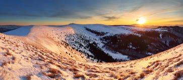 Paesaggio di panorama delle montagne di inverno al tramonto - Slovacchia - Fatra Fotografia Stock