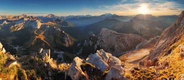 Paesaggio di panorama di tramonto della montagna - nelle alpi dell'Italia Immagini Stock Libere da Diritti