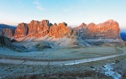 Paesaggio di panorama di tramonto della montagna - nelle alpi dell'Italia - dolomia Fotografie Stock Libere da Diritti