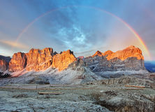 Paesaggio di panorama di tramonto della montagna - nelle alpi dell'Italia - dolomia Fotografia Stock