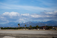 Paesaggio di piccola città mediterranea Gazipasha con le palme della spiaggia immagine stock libera da diritti