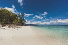 Paesaggio di rilassamento di luce del giorno del sole della sabbia del cielo blu della spiaggia del mare, Phuke Immagini Stock