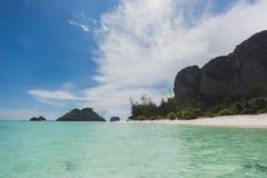 Paesaggio di rilassamento di luce del giorno del sole della sabbia del cielo blu della spiaggia del mare, Phuke Immagini Stock Libere da Diritti