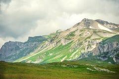 Paesaggio di Rocky Mountains con il cielo lunatico delle nuvole Fotografia Stock Libera da Diritti