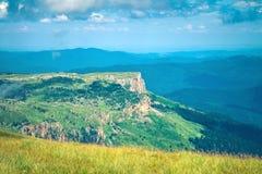 Paesaggio di Rocky Mountains di vista aerea con il cielo delle nuvole Fotografie Stock