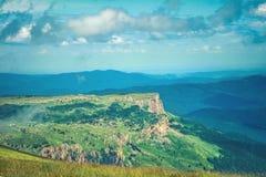 Paesaggio di Rocky Mountains di vista aerea con il cielo delle nuvole Immagini Stock Libere da Diritti