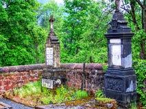 Paesaggio di Rolling Hills del cimitero nel Belgio Europa con i campi gialli brillantemente colorati e foresta nel fondo Fotografia Stock