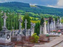 Paesaggio di Rolling Hills del cimitero nel Belgio Europa con i campi gialli brillantemente colorati e foresta nel fondo Immagine Stock Libera da Diritti