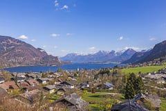 Paesaggio di Sankt Gilgen con il Wolfgangsee e le alpi Fotografia Stock