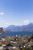 Paesaggio di Sankt Gilgen con il Wolfgangsee e le alpi Fotografie Stock