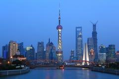 Paesaggio di Schang-Hai il fiume Huangpu da entrambi i lati fotografia stock