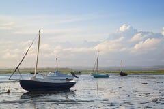 Paesaggio di sera di estate delle barche di svago in porto a bassa marea Fotografie Stock