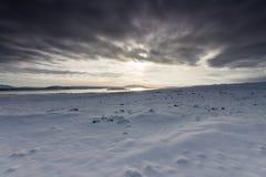 Paesaggio di Snowy con il lago nella distanza Fotografie Stock