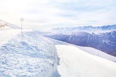 Paesaggio di Snowy di belle montagne di Caucaso Fotografia Stock