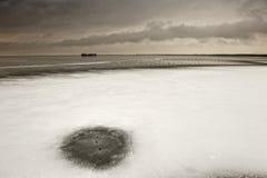 Paesaggio di Snowy in lago. fotografia stock libera da diritti