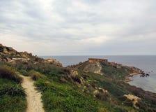 Paesaggio di stordimento della natura maltese Qarraba fra la baia Riviera, tum Lippija, Mgarr, Malta della baia di Gnejna e di tu immagine stock libera da diritti