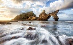 Paesaggio di stupore degli arché di formazione rocciosa in Bali, Indonesia immagini stock libere da diritti