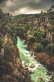 Paesaggio di stupore del fiume dal canyon di Koprulu in Manavgat; Adalia; La Turchia Fiume blu Trasportare turismo con una zatter fotografia stock