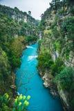 Paesaggio di stupore del fiume dal canyon di Koprulu in Manavgat, Adalia, Turchia Fiume blu Trasportare turismo con una zattera K fotografia stock libera da diritti