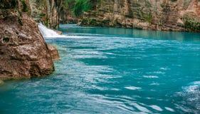 Paesaggio di stupore del fiume dal canyon di Koprulu in Manavgat, Adalia, Turchia Fiume blu Trasportare turismo con una zattera K immagini stock libere da diritti