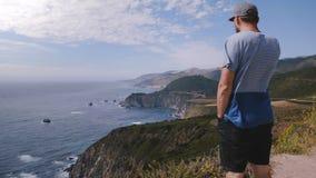 Paesaggio di stupore di sorveglianza dell'oceano di estate dell'uomo al bello punto di vista della linea costiera del Big Sur sul archivi video