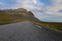 Paesaggio di stupore sulla strada nei fiordi orientali in Islanda fotografia stock libera da diritti
