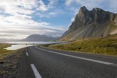 Paesaggio di stupore sulla strada nei fiordi orientali in Islanda fotografia stock