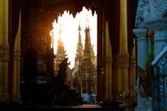 Paesaggio di tramonto alla pagoda dorata di Shwedagon a Rangoon o Rangoon, Myanmar fotografie stock libere da diritti