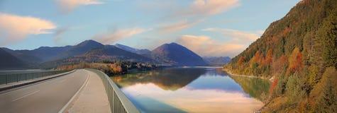 Paesaggio di tramonto allo sylvenstein del lago Fotografia Stock