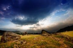Paesaggio di tramonto con la bici della sporcizia fotografia stock libera da diritti
