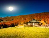 Paesaggio di tramonto con la vecchia casa rurale Fotografia Stock Libera da Diritti