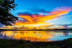 Paesaggio di tramonto con le nuvole e l'albero Fotografie Stock Libere da Diritti