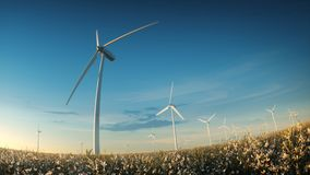 Paesaggio di tramonto dell'impianto agricolo a fini energetici dei generatori eolici nel campo del prato Immagine Stock