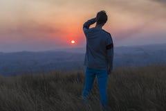 Paesaggio di tramonto dell'uomo Immagine Stock