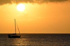 Paesaggio di tramonto della barca a vela sopra le acque dell'oceano dell'Hawai Immagine Stock Libera da Diritti
