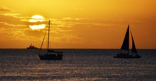 Paesaggio di tramonto della barca a vela sopra le acque dell'oceano dell'Hawai fotografia stock libera da diritti