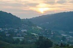 Paesaggio di tramonto di Raylight con la casa del villaggio al Mountain View in inceppamento di Doi lunedì, alta montagna in Chia Fotografia Stock