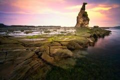 Paesaggio di tramonto di vista sul mare alla spiaggia di Sawarna, Banten, Indonesia Immagine Stock