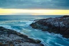 Paesaggio di tramonto e cielo arancio sul fondo dell'oceano fotografia stock