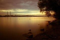 Paesaggio di tramonto sopra il fiume di Dnipro contro paesaggio urbano di Kyiv Fotografie Stock