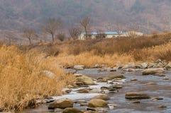 Paesaggio di un fiume in pieno delle rocce e di grandi pietre Immagini Stock Libere da Diritti
