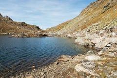 Paesaggio di un lago dell'alta montagna al giorno Immagine Stock Libera da Diritti